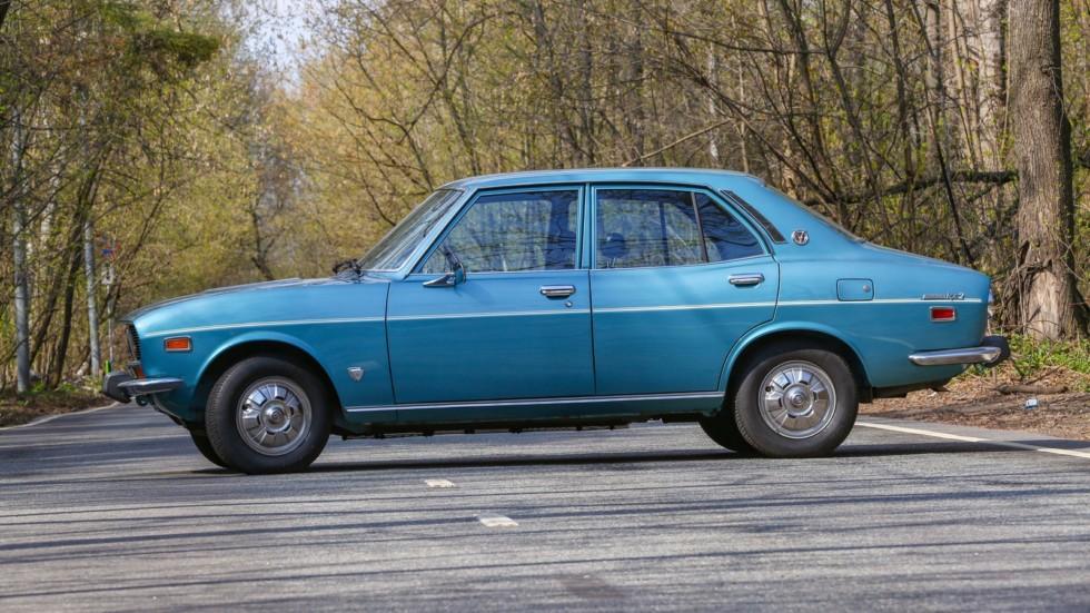 Mazda RX-2 голубая сбоку