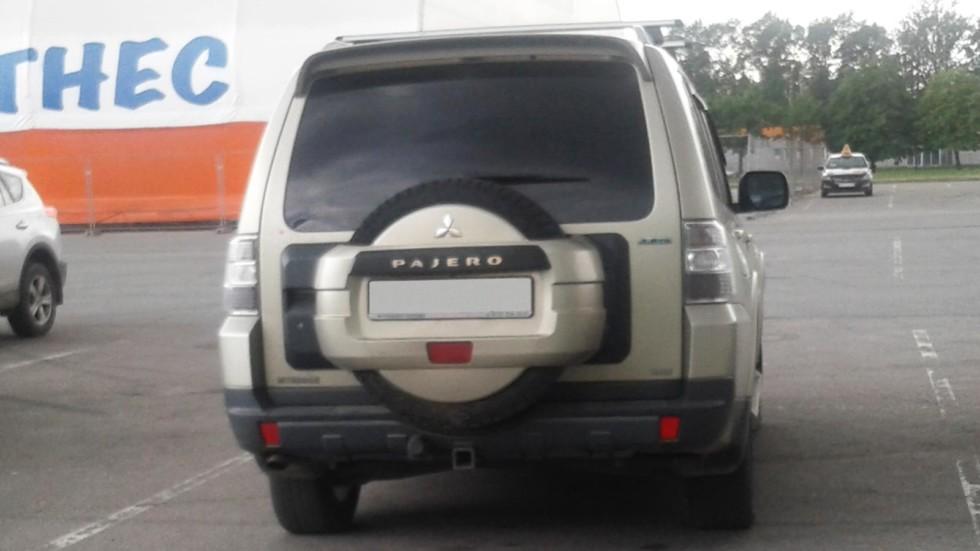 Mitsubishi Pajero сзади