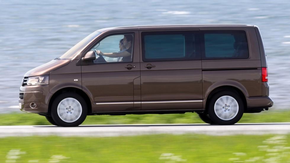 Volkswagen Multivan Highline (T5) '2009–15 коричневый на трассе