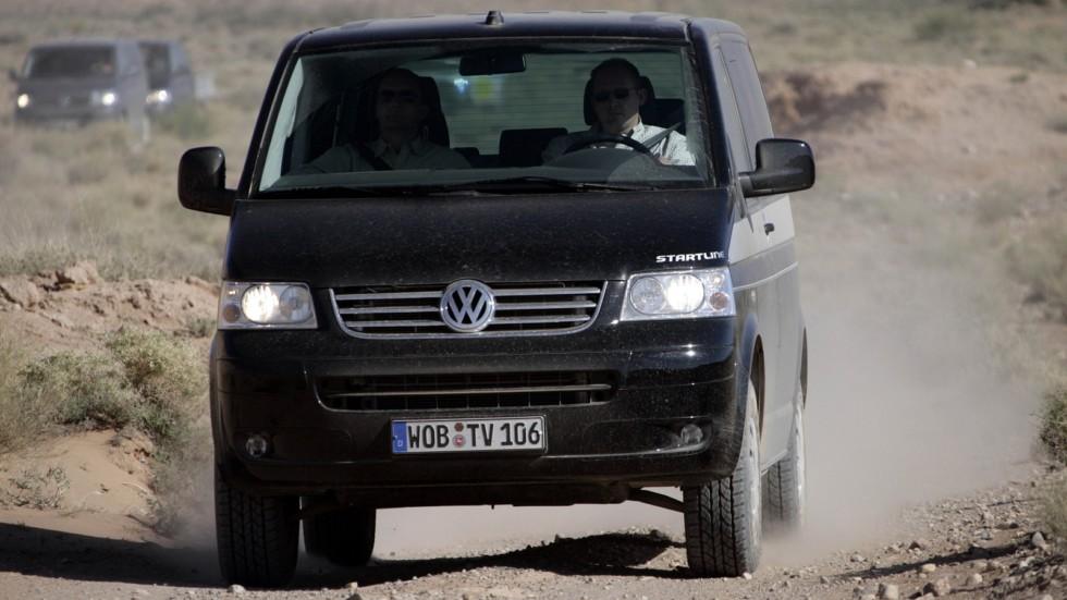 Volkswagen Multivan Startline (T5) '2006–09 черный на гравие