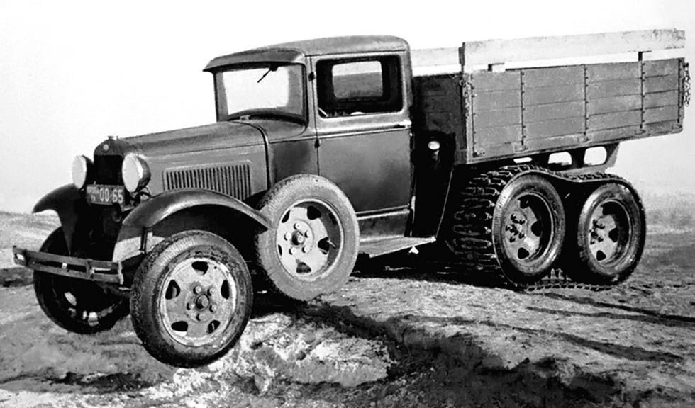Опытный грузовик ГАЗ-31 повышенной мощности со съемными гусеницами