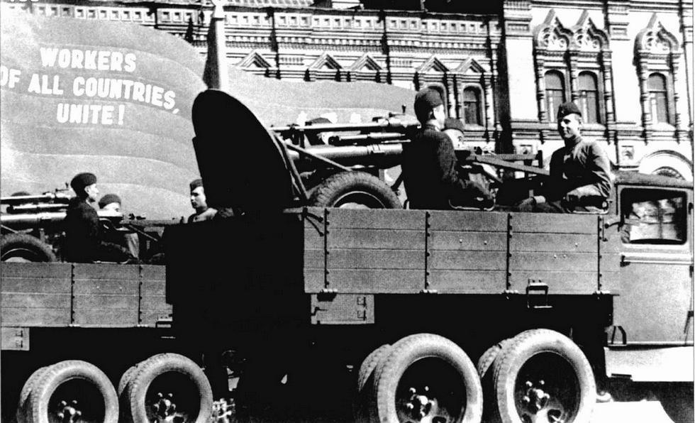 Перевозка в кузове ГАЗ-ААА полкового 120-мм миномета с боевым расчетом