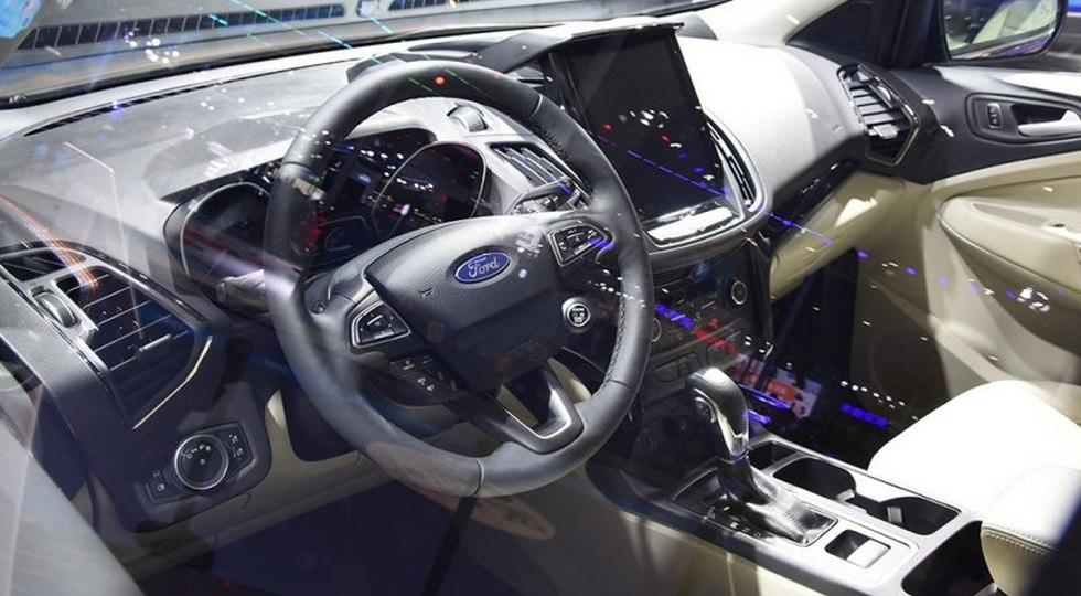 Улучшенный Форд Kuga примерил большой дисплей