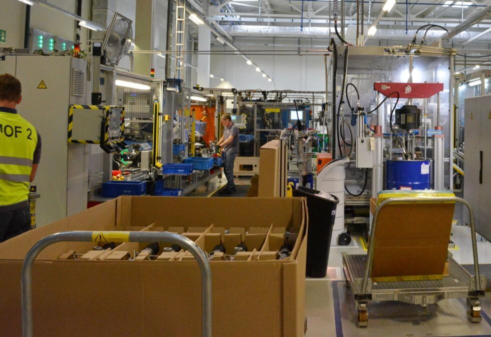 Линия сборки рулевых реек представляет собой несколько постов, между которыми изделия перемещаются вручную.