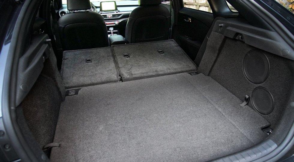 Объем багажника Kia K3 GT пока не раскрыт. У российской версии нового седана Cerato объем составляет 434/2718 л, у хэтча Ceed – 395/1291 л.