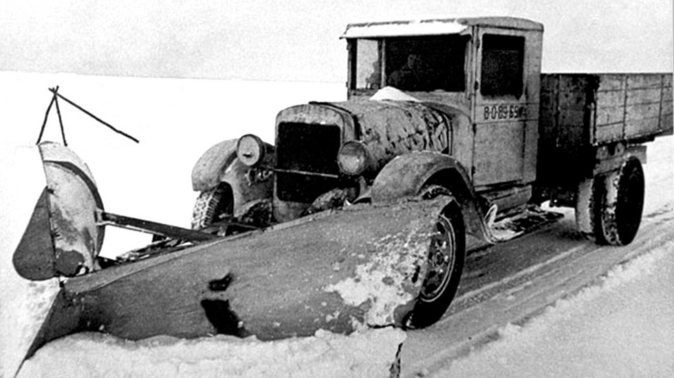 Грузовик ЗИС-5 с плужным снегоочистителем № 5 (из фондов музея Дорога жизни)