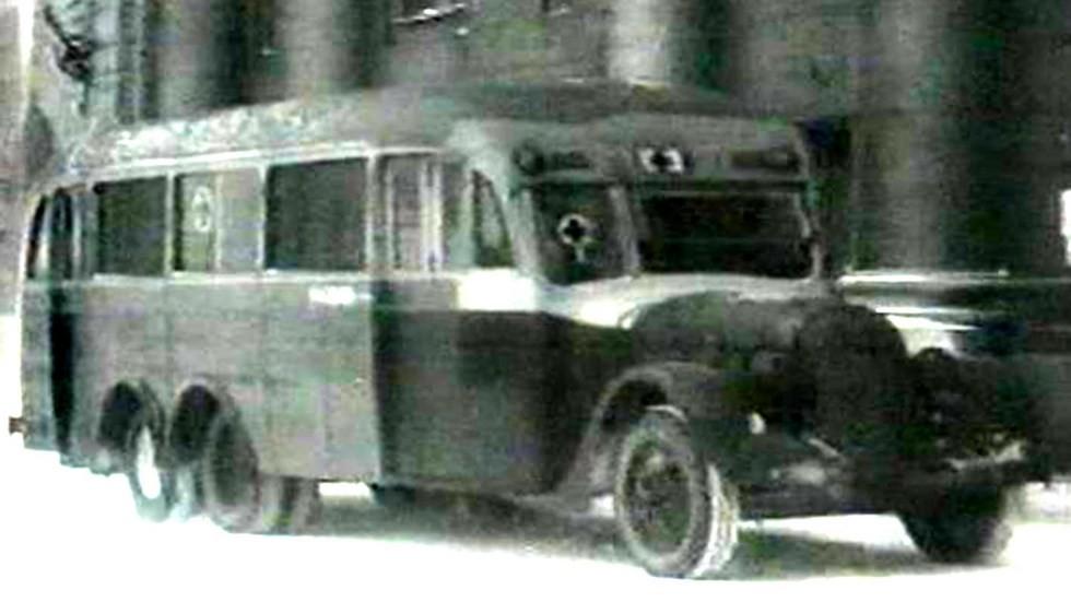 Санитарный вариант пассажирского автобуса АЛ-2 с задней подкатной осью (кинокадр)