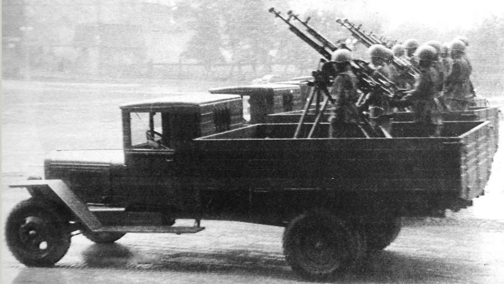 Крупнокалиберные зенитные пулеметы в кузовах грузовиков ЗИС-5 (кинокадр)