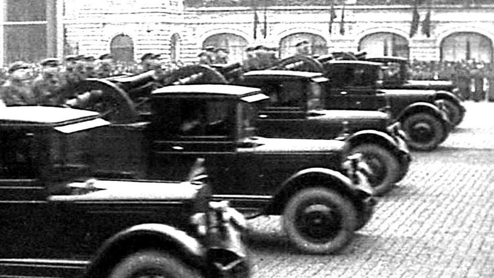 На параде бортовые грузовики с возимыми пушками калибра 122 мм
