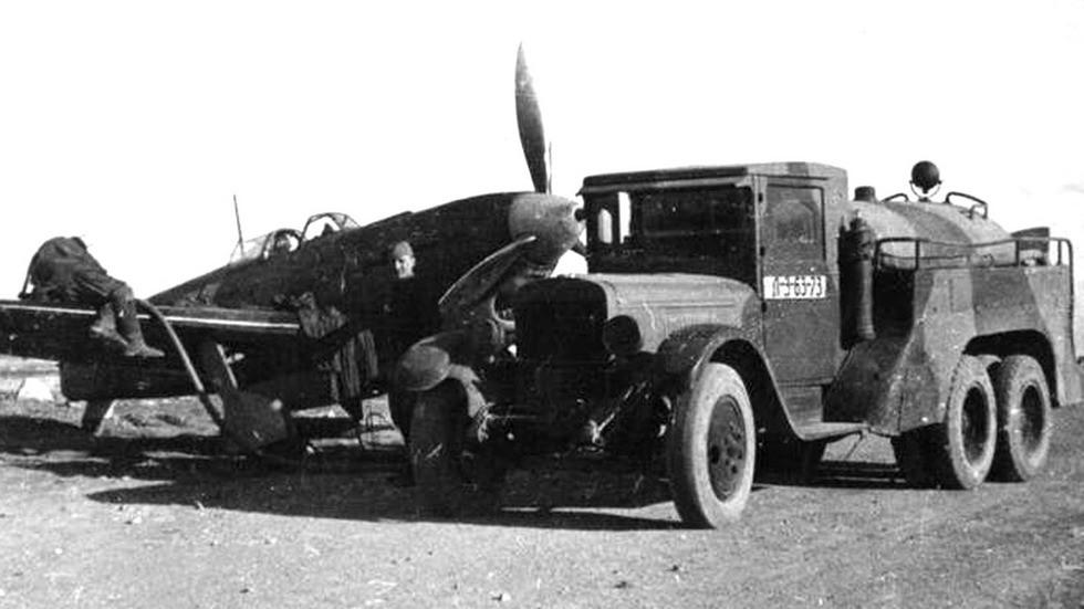 Основной довоенный топливозаправщик БЗ-35 при заправке истребителя Як-9