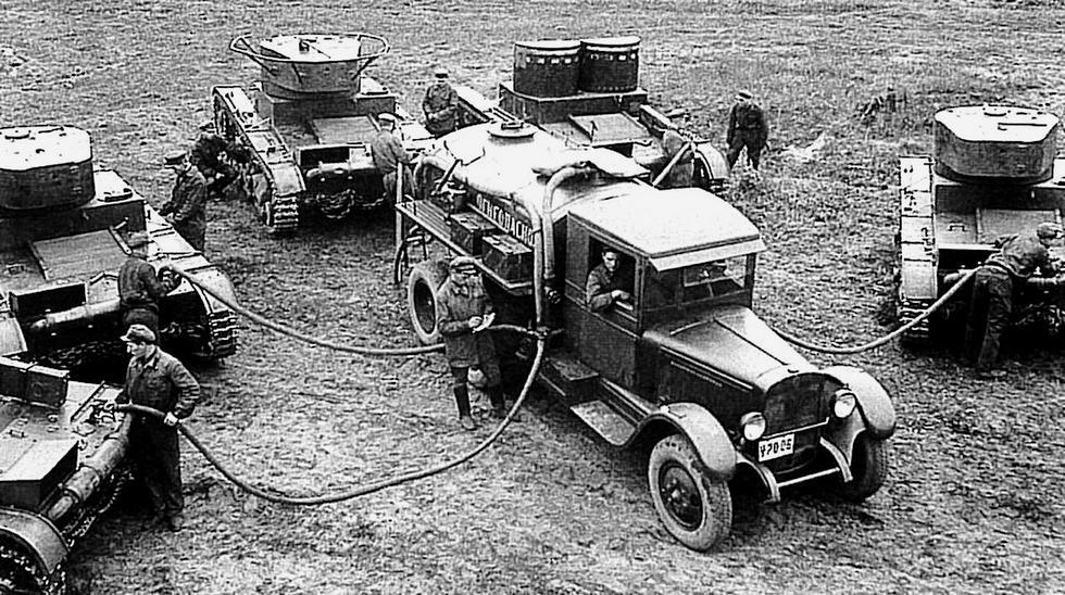 Простая войсковая топливная автоцистерна на заправке легких танков
