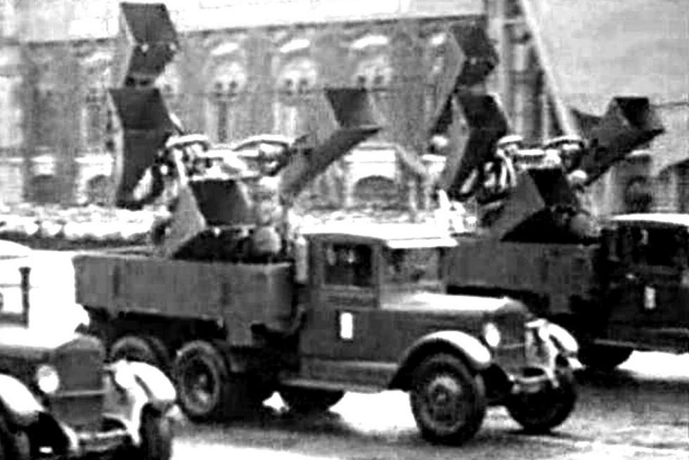 Автомобили ЗИС-6 с акустическими самолетными локаторами ЗТ-5