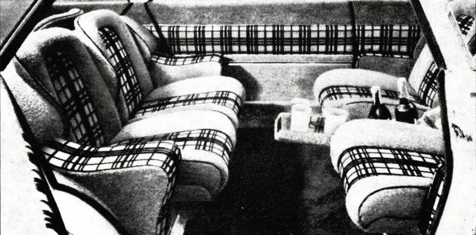 Луиджи Сегрэ — четырехместный салон с мягкими креслами и баром