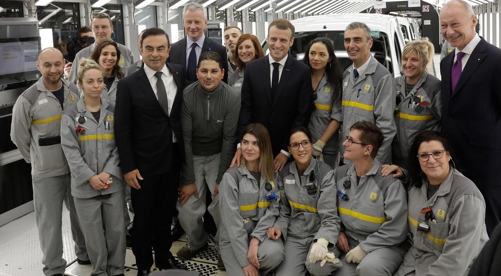 Карлос Гон и президент Франции Эммануэль Макрон в окружении рабочих на одном из заводов Альянса. Фото было сделано в ноябре 2018-го