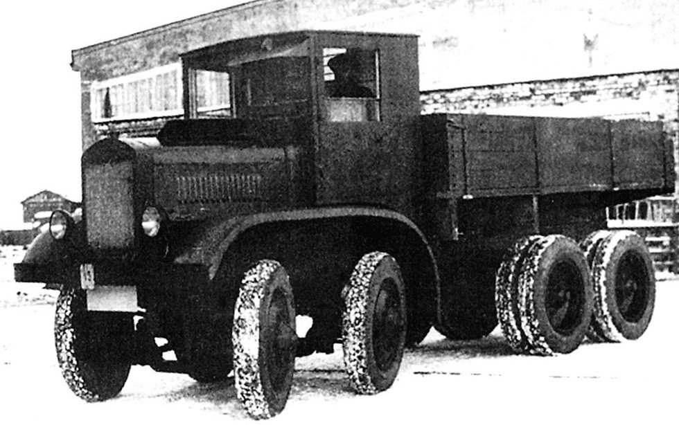 Уникальный грузовик ЯГ-12 на территории Ярославского автозавода