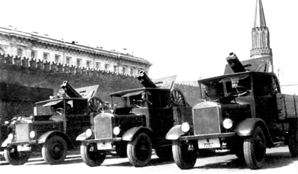 грузовики Я-4 с возимыми 122-мм гаубицами
