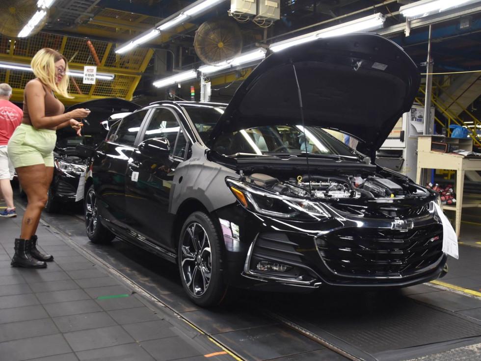 Chevrolet Cruze всё еще хорошо продаётся в США, но руководство GM спешит с ним расстаться.
