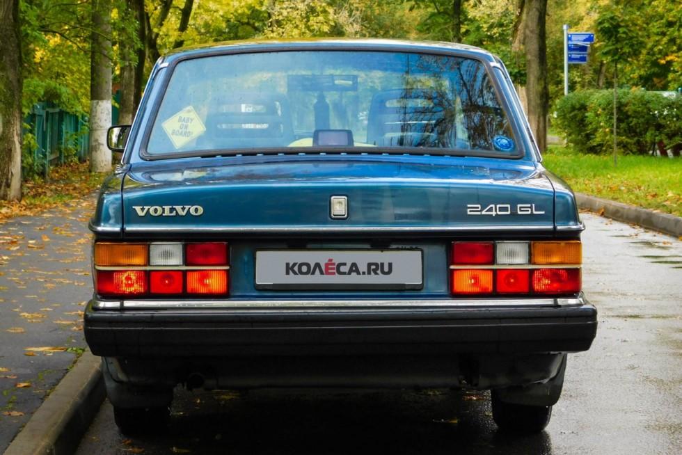 Volvo 240 синяя сзади (1)