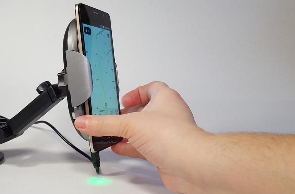 робот-держатель для смартфона с беспроводной зарядкой (6)