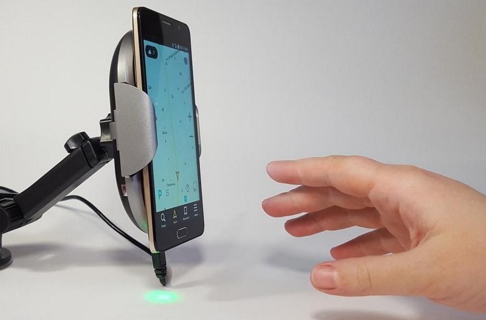 робот-держатель для смартфона с беспроводной зарядкой (7)