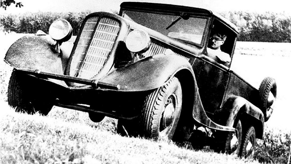Виталий Грачев за рулем своего многоцелевого автомобиля ГАЗ-21