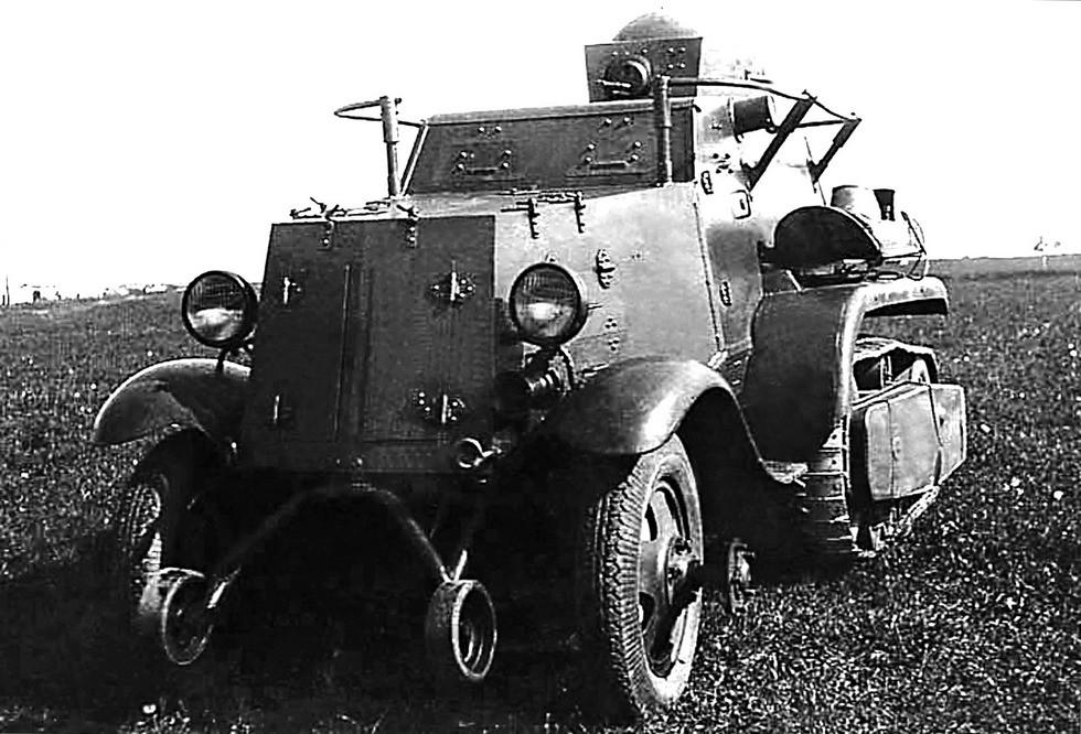 Пулеметный полугусеничный броневик БА-30 с поручневой антенной. 1936 год