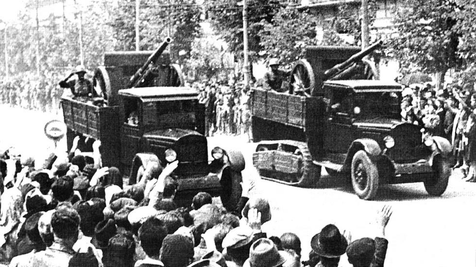 Грузовики ЗИС-22 с возимой артиллерией на параде в Кишиневе. 1940 год (из коллекции А. Кириндаса)