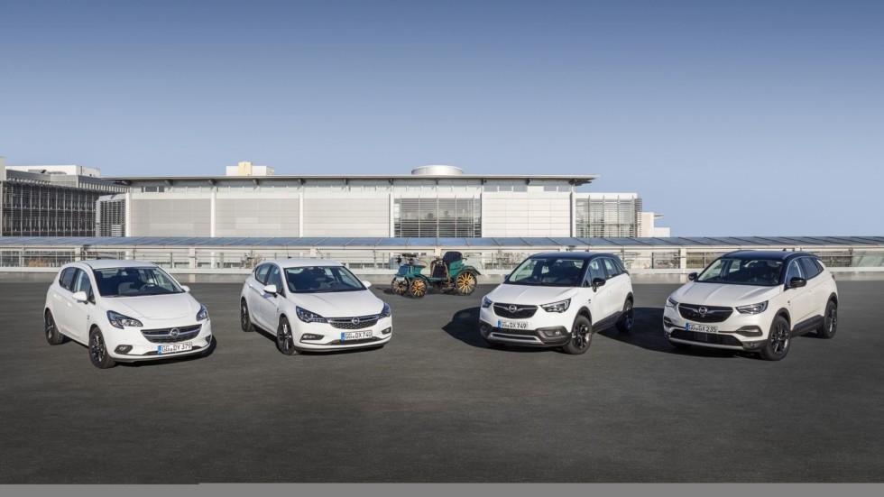 Юбилейные модели Opel на фоне прародителя, патентованного автомобиля системы Лутцманна.