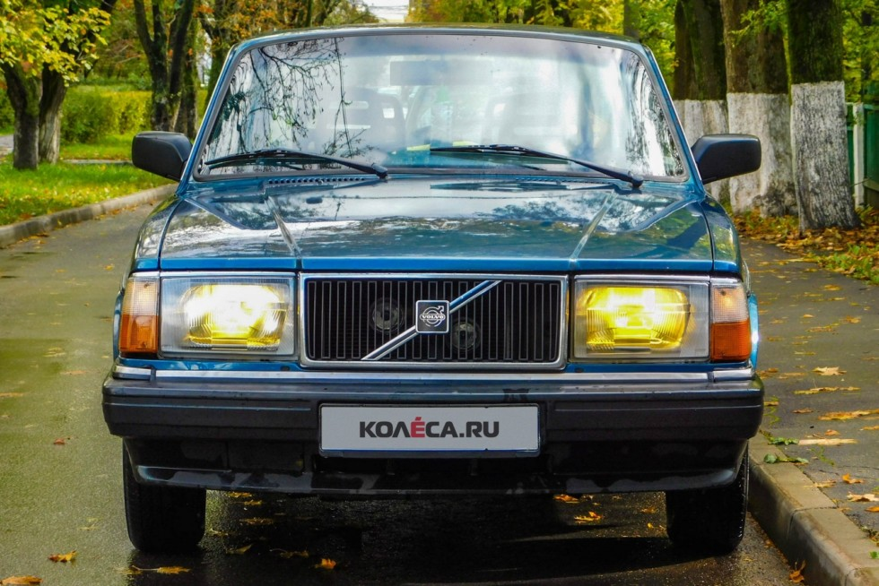 Volvo 240 синяя спереди