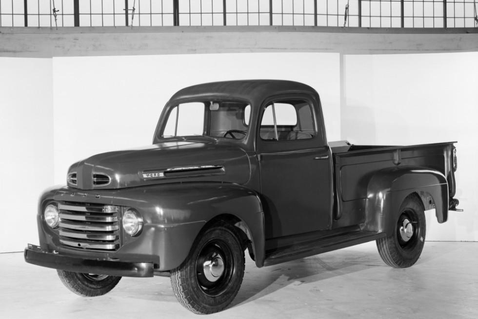 """А вот и Ford F первого поколения образца 1948 года. Не правда, ли стилистическое сходство налицо? Технически """"американец"""" и УАЗ-300 сильно различаются, но выпускайся они на одном рынке, их модификации грузоподъёмностью в 1 тонну были бы прямыми конкурентами"""