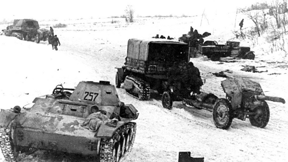 Тягачи ЗИС-42 с 122-мм гаубицами на Ленинградском фронте