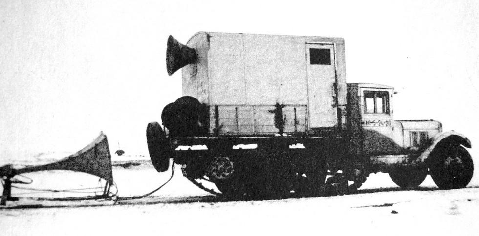 ЗИС-33 со звуковещательной станцией на льду Ладожского озера