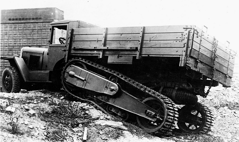 Испытания опытного грузовика ЗИС-42 с более мощным двигателем. 1945 год
