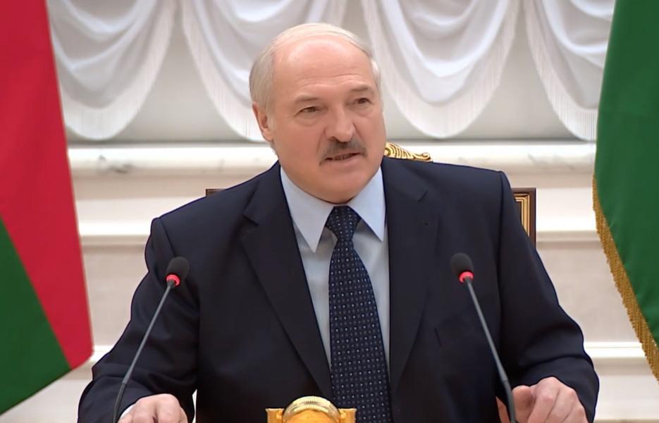 Слишком много энергии! Лукашенко гоняет на электромотоцикле и ждёт белорусскую Теслу