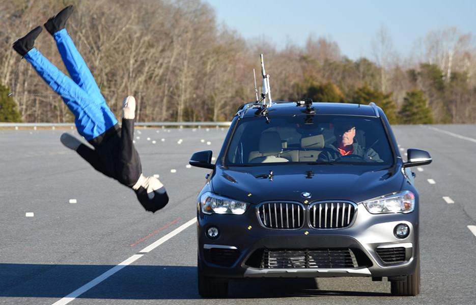 Косит как траву! BMW X1 провалил тест на распознавание пешеходов