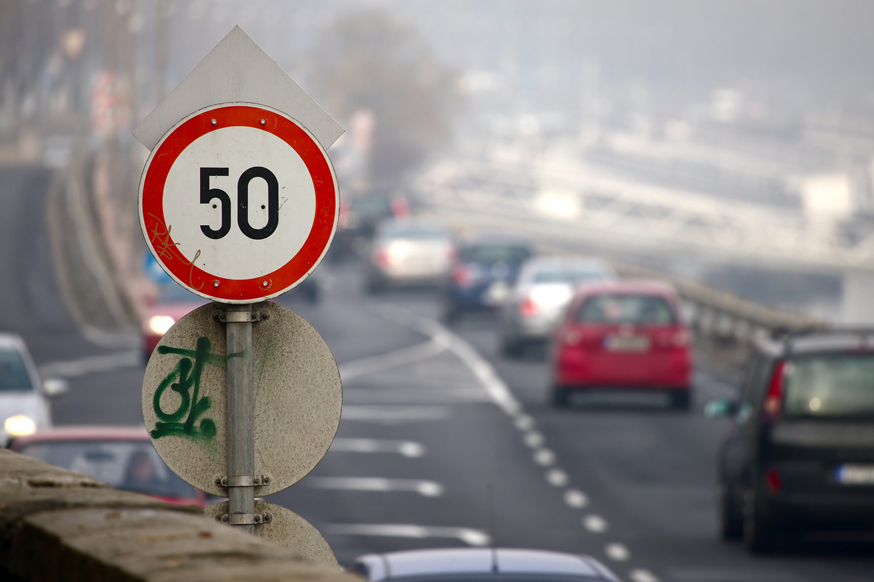 Максимальную скорость на трассах могут повысить, а в городах – снизить