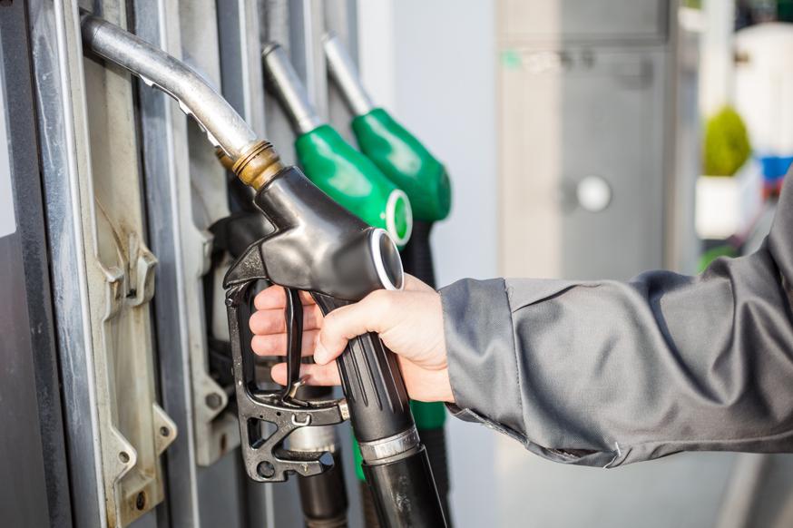 Бензин в России впервые за полгода подешевел