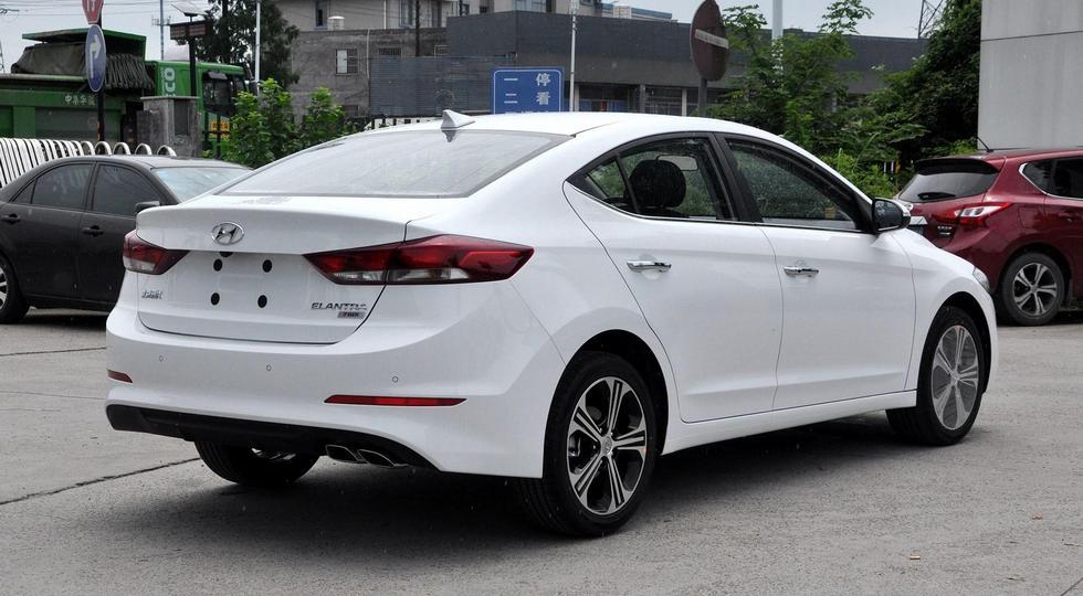 Другая Hyundai Elantra: без «треугольников», зато с цифровой «приборкой». Плюс новый мотор