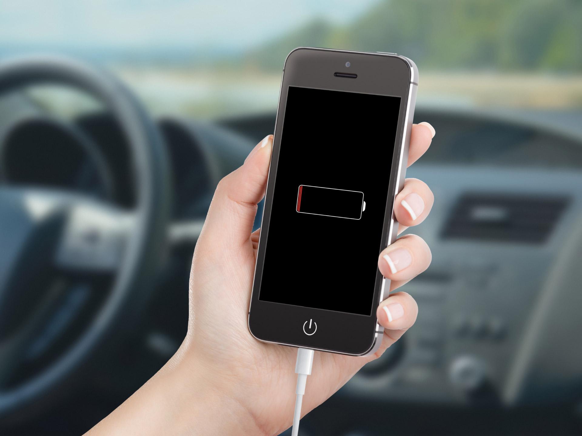 Два провода и немного хитрости: как зарядить телефон в машине без зарядного устройства?