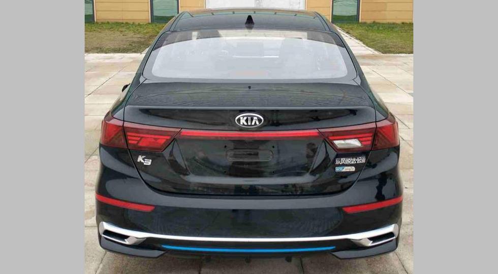 Гибридный Kia K3. У такого седана на бамперах есть синие вставки