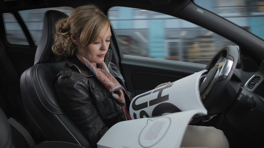 volvo_drive_me_-nainen_lukee_kuljettajan_paikalla_kuva_volvo