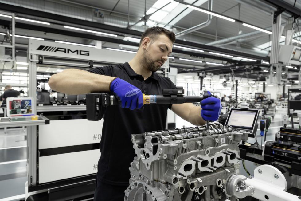 Neuer Mercedes-AMG Vierzylinder-Turbomotor aus hochmoderner Fertigung: Der stärkste Serien-Vierzylinder der Welt, made in Affalterbach New Mercedes-AMG four-cylinder turbo engine from ultra-modern production: The world's most powerful four-cylinder engin