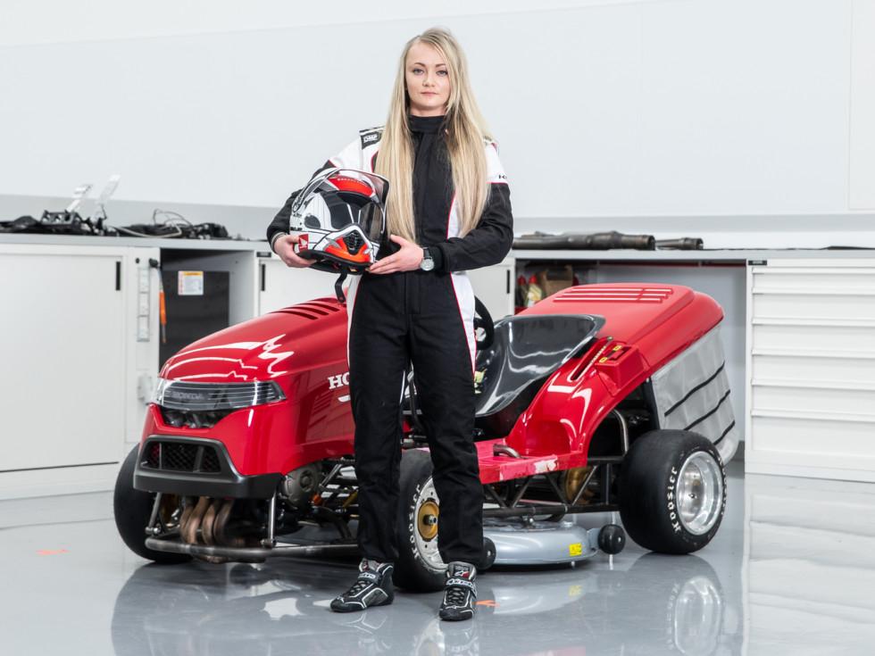 Honda сделала самую быструю в мире газонокосилку. И посадила за руль блондинку!
