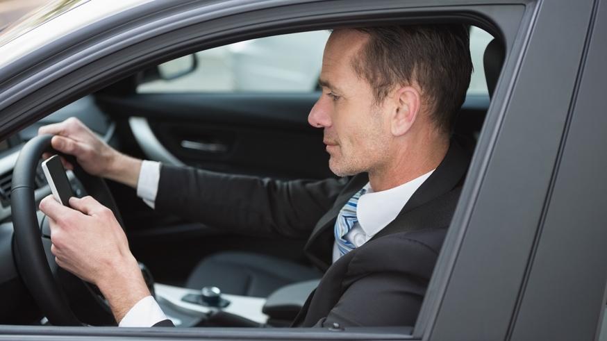Российские водители считают, что говорить по телефону за рулём опасно