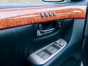 Автомобиль способен запоминать три взаимных расположения водительского кресла, рулевой колонки и наружных зеркал. Справа от дверной речки – кнопка электропривода, регулирующего положение верхней точки крепления ремня безопасности.