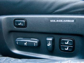 Кроме стандартного для седанов топ-класса набора электрорегулировок, передние кресла оснащены регулировками подголовников, положения подушки относительно спинки и двухуровневного поясничного подпора.