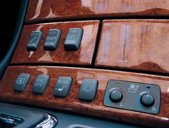 Кнопки верхнего ряда переключают режимы работы пневмоподвески и автоматической трансмиссии. Нижние кнопки (слева направо) управляют шторкой заднего стекла, системой динамической стабилизации VSC, задними подголовниками и омывателем фар.
