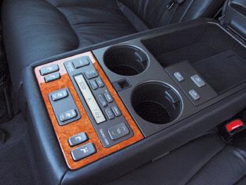Мультифункциональный подлокотник выполнит любую прихоть пассажиров: отдаст команды аудиосистеме, климат-контролю и электроприводам сидений, подголовников и задней шторки. В середине первого ряда кнопок расположились две самые неожиданные – они активи
