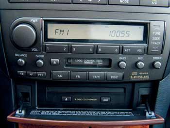 Штатному головному устройству Mark Levinson с CD-чейнджером на шесть дисков и разветвленной системой динамиков позавидует любой аудиофил. Звучит эта штука действительно достойно.
