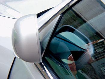 Складывающиеся зеркала должны облегчить парковку, однако такому солидному автомобилю негоже пытаться пролезать в каждую щель.